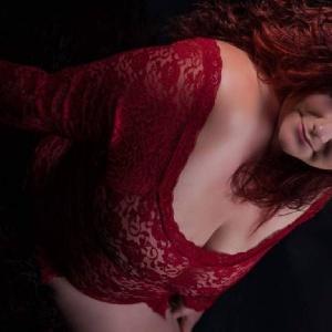 große Brüste in roter Reizwäsche